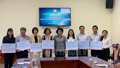 Người dân, doanh nghiệp, văn nghệ sĩ tiếp tục đóng góp hỗ trợ đồng bào miền Trung
