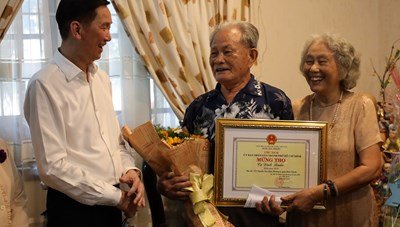 Lãnh đạo Thành phố thăm hỏi các cụ cao tuổi tiêu biểu trên địa bàn