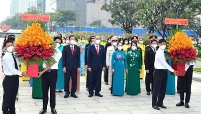 Đoàn đại biểu Quốc hội TPHCM dâng hoa tưởng niệm Chủ tịch Hồ Chí Minh