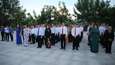 Đoàn đại biểu TPHCM  dâng hương tưởng niệm Anh hùng liệt sĩ tại Nghĩa trang Hàng Dương - Côn Đảo