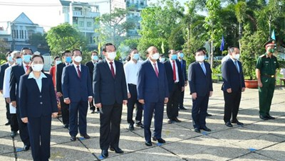 Chủ tịch nước Nguyễn Xuân Phúc dâng hoa, dâng hương tại các di tích lịch sử ở huyện Hóc Môn - TPHCM