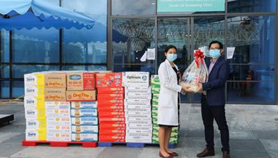 Vinamilk tặng quà cán bộ y tế tuyến đầu và gia đình nhân ngày Gia đình Việt Nam