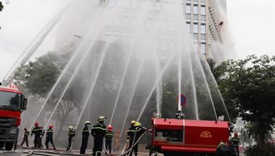 Hơn 2.350 người diễn tập chữa cháy tại tòa nhà cao tầng