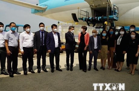 Cận cảnh lô vắcxin đầu tiên của AstraZeneca 'cập bến' Việt Nam
