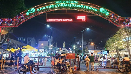 TPHCM: Người dân đeo khẩu trang phòng COVID-19 đi chơi tại phố đi bộ đêm