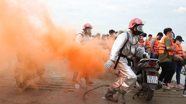 200 người tham gia diễn tập cháy nổ phà chở khách trên sông