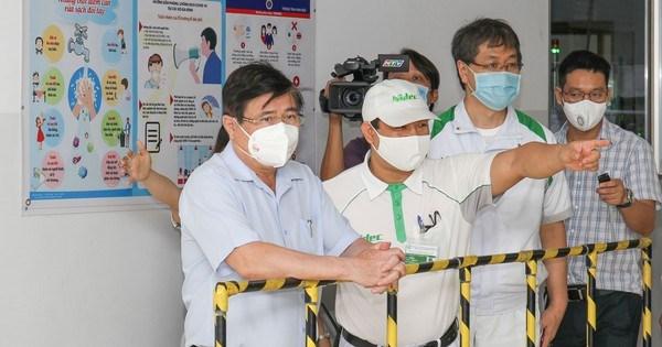 Chủ tịch UBND TPHCM Nguyễn Thành Phong kiểm tra công tác tiêm chủng vaccine Covid-19