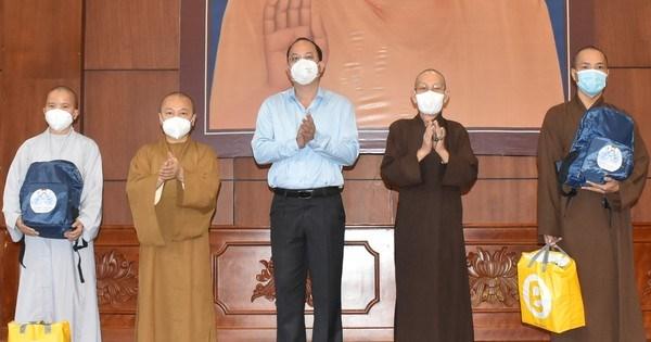 Thêm 50 tình nguyện viên tôn giáo tham gia tuyến đầu chống dịch