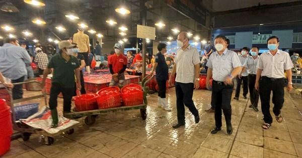 Phó Chủ tịch UBND TPHCM Dương Anh Đức kiểm tra đột xuất chợ đầu mối lúc nửa đêm