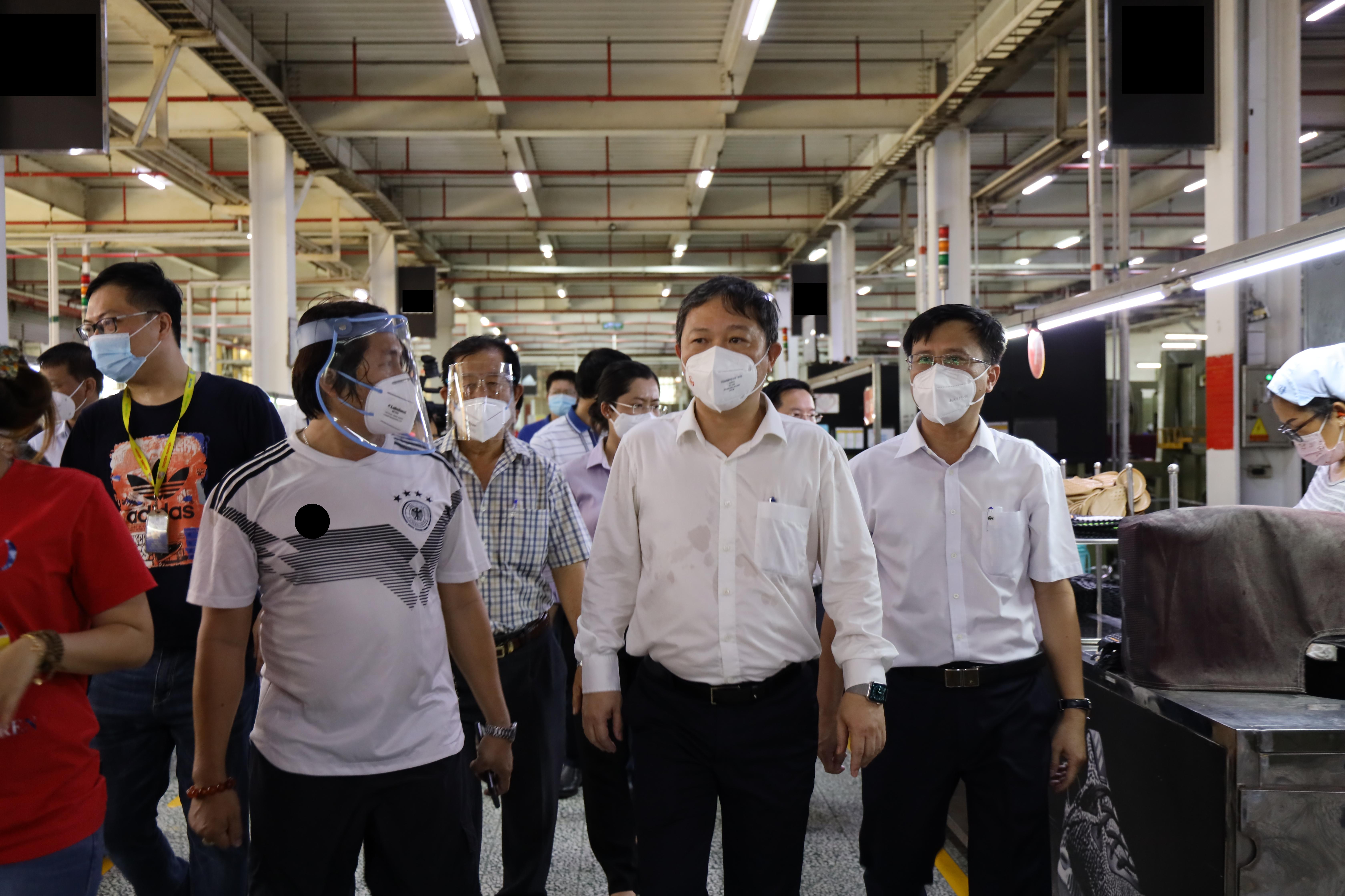 Phó chủ tịch UBND TP Dương Anh Đức kiểm tra phân xưởng sản xuất bên trong công ty PouYuen. Ảnh:Huyền Mai