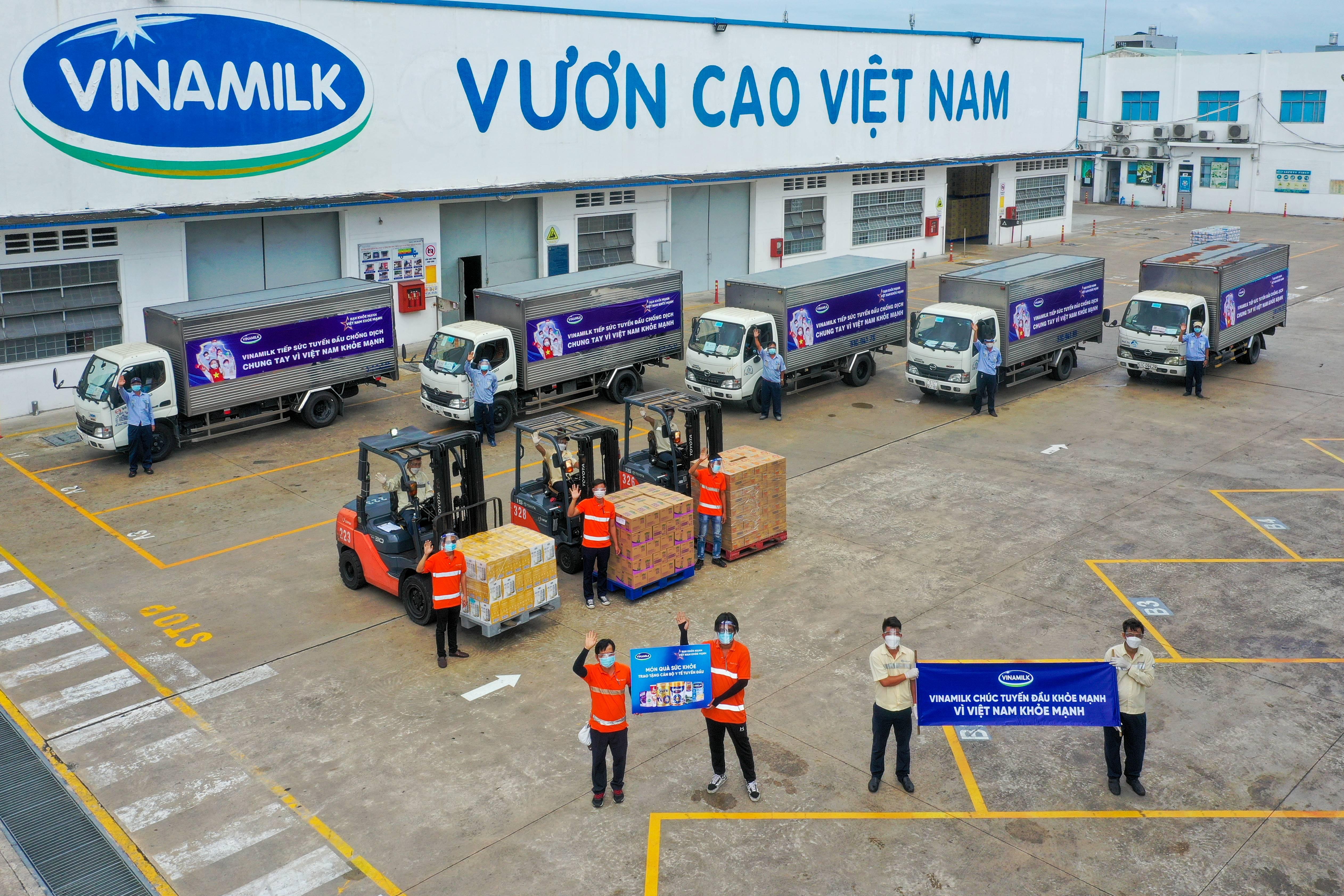 """Các chuyến xe với lời chúc """"Tuyến đầu khỏe mạnh, vì Việt Nam khỏe mạnh"""" của Vinamilk mang theo món quà sức khỏe đến với tuyến đầu"""
