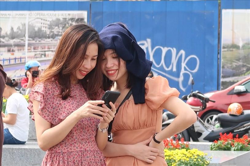 Tại khu vực phố đi bộ Nguyễn Huệ (quận 1), nhiều người dân cũng đến tham quan, chụp ảnh.