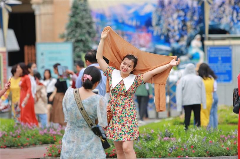 Khu vực trước Nhà thờ Đức Bà (quận 1) thu hút đông đảo người dân đến tham quan, chụp ảnh.