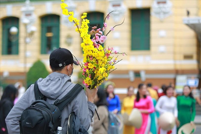 Tại khu vực trung TPHCM như: Bưu điện trung tâm, Nhà thờ Đức Bà,... từ sáng sớm, nhiều người đã xúng xính áo hoa đến để chụp ảnh, ghi lại khoảnh khắc đẹp ngày đầu năm mới.