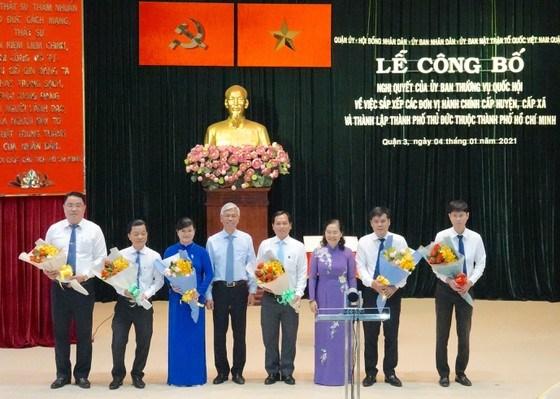 Chủ tịch HĐND TPHCM Nguyễn Thị Lệ và Phó Chủ tịch UBND TPHCM Võ Văn Hoan cùng các Bí thư, Chủ tịch UBND phường 6, 7, 8 (quận 3) tại lễ công bố, sáng 4-1-2021. Ảnh: KIỀU PHONG