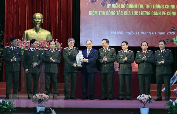 Thủ tướng Nguyễn Xuân Phúc tặng quà cho cán bộ, chiến sỹ Bộ Tư lệnh Cảnh vệ. (Ảnh: Thống Nhất/TTXVN)