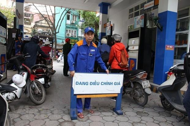 Một trong những cửa hàng của Petrolimex chuẩn bị điều chỉnh giá xăng, dầu theo giá niêm yết mới. (Ảnh: Đức Duy/Vietnam+)