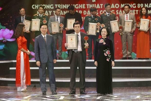Trưởng Ban Tuyên giáo Trung ương Võ Văn Thưởng và Trưởng Ban Dân vận Trung ương Trương Thị Mai trao giải B Giải báo chí toàn quốc về xây dựng Đảng (Giải Búa liềm Vàng) lần thứ III-năm 2018 cho các tác giả có tác phẩm đoạt giải. (Ảnh: Minh Quyết/TTXVN)