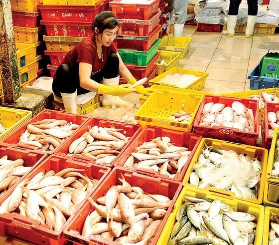 Thực phẩm thay thế thịt heo như cá, tôm, được nhiều khách hàng tìm mua. Ảnh: Nguyễn Nhân
