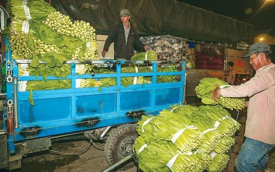 Từ các chợ đầu mối, hàng tết lên xe về các chợ trong nội ô.Ảnh: Dũng Phương