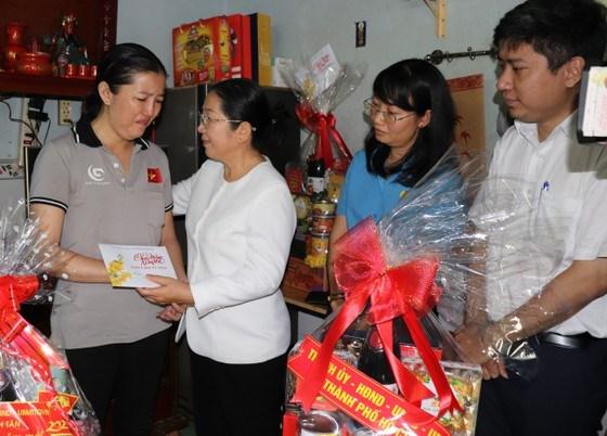 Phó Bí thư Thành ủy TPHCM Võ Thị Dung thăm, động viên công nhân trên địa bàn - Ảnh: Báo SGGP