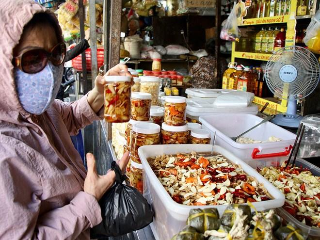 Các loại dưa hành, củ kiệu tự làm được bán mọi nơi, từ chợ... - Ảnh: báo Thanh Niên