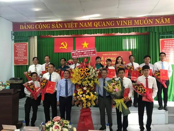 Lãnh đạo quận 3 cùng Ban Chấp hành Đảng bộ phường Võ Thị Sáu. Ảnh: KIỀU PHONG