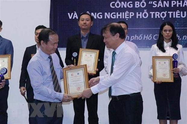 Thứ trưởng Bộ Công thương Đỗ Thắng Hải cùng lãnh đạo Sở Công Thương thành phố trao biểu trưng cho các doanh nghiệp có sản phẩm công nghiệp và công nghiệp hỗ trợ tiêu biểu năm 2020. (Ảnh: Thanh Vũ/TTXVN)