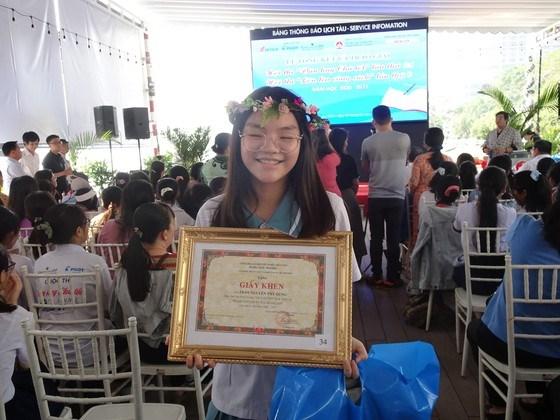 """Trần Nguyễn Thy Dung, học sinh Trường THCS-THPT Đinh Thiện Lý (quận 7) đoạt giải Nhất hội thi """"Lớn lên cùng sách"""" dành cho học sinh khối 8, 9"""