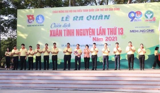 Chủ tịch Ủy ban MTTQ TPHCMTô Thị Bích Châu tặng hoa động viên các chiến sĩ