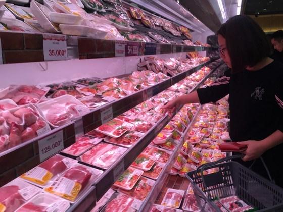 Theo Bộ Công thương, giá thịt heo đã giảm 10.000-20.000 đồng, nhiều siêu thị cũng cam kết bán thịt heo bằng giá gốc. Ảnh: VĂN PHÚC