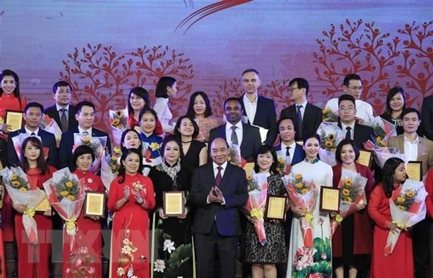 Thủ tướng Nguyễn Xuân Phúc và các nhà tài trợ cho Hội Chữ Thập Đỏ Việt Nam. (Ảnh: Thống Nhất /TTXVN)