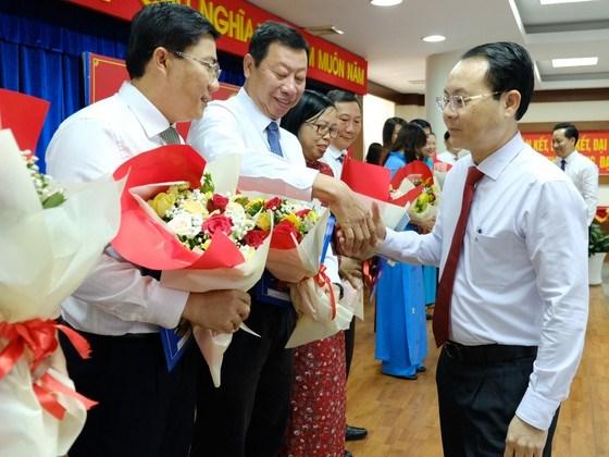 Bí thư Thành ủy TP Thủ Đức Nguyễn Văn Hiếu chúc mừng các lãnh đạo phòng ban thuộc UBND TP Thủ Đức. Ảnh: KIỀU PHONG