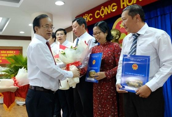 Phó Bí thư Thường trực Thành ủy Thủ Đức Nguyễn Phước Hưng chúc mừng các đồng chí được bổ nhiệm. Ảnh: KIỀU PHONG
