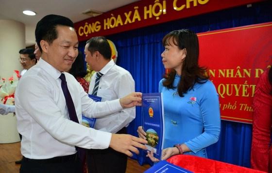 Chủ tịch UBND TP Thủ Đức Hoàng Tùng trao quyết định và chúc mừng cán bộ. Ảnh: KIỀU PHONG
