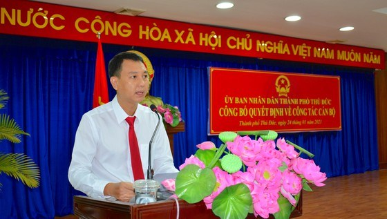 Phó Chủ tịch UBND TP Thủ Đức Nguyễn Bạch Hoàng Phụng công bố các quyết định tiếp nhận, bổ nhiệm lãnh đạo 11 phòng, ban thuộc UBND TP Thủ Đức. Ảnh: KIỀU PHONG