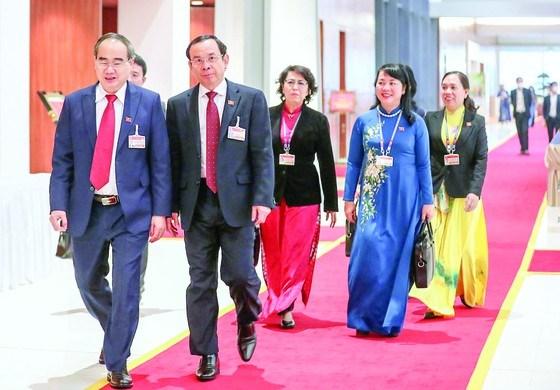 Đồng chí Nguyễn Thiện Nhân, đồng chí Nguyễn Văn Nên và các đại biểuvào hội trường bỏ phiếu bầu Ban Chấp hành Trung ương Đảng khóa XIII. Ảnh: VIẾT CHUNG