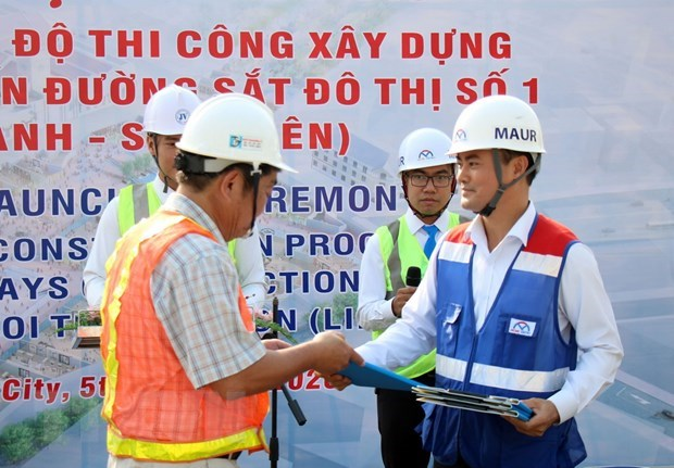 Đại diện MAUR trao biên bản ghi nhớ đẩy nhanh tiến độ thi công dự án metro số 1 cho đại diện các liên danh nhà thầu. (Ảnh: Tiến Lực/TTXVN)