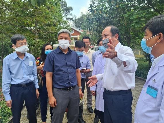 Thứ trưởng Bộ Y tế Nguyễn Trường Sơn kiểm tra công tác phòng chống dịch tại Bệnh viện Bệnh lý hô hấp cấp tính Củ Chi