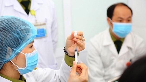 Bác sĩ Học viện Quân y chuẩn bị tiêm thử nghiệm vaccine Covid-19 của Việt Nam. Ảnh: HỌC VIỆN QUÂN Y