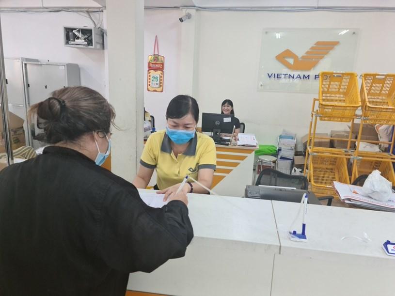 Người dân TP HCM nhận lương hưu tại bưu điện