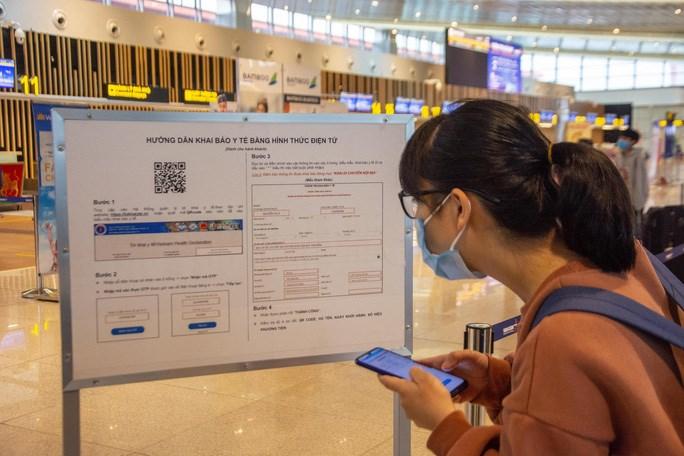 Hành khách xem hướng dẫnkhai báo y tếđiện tử tại sân bay