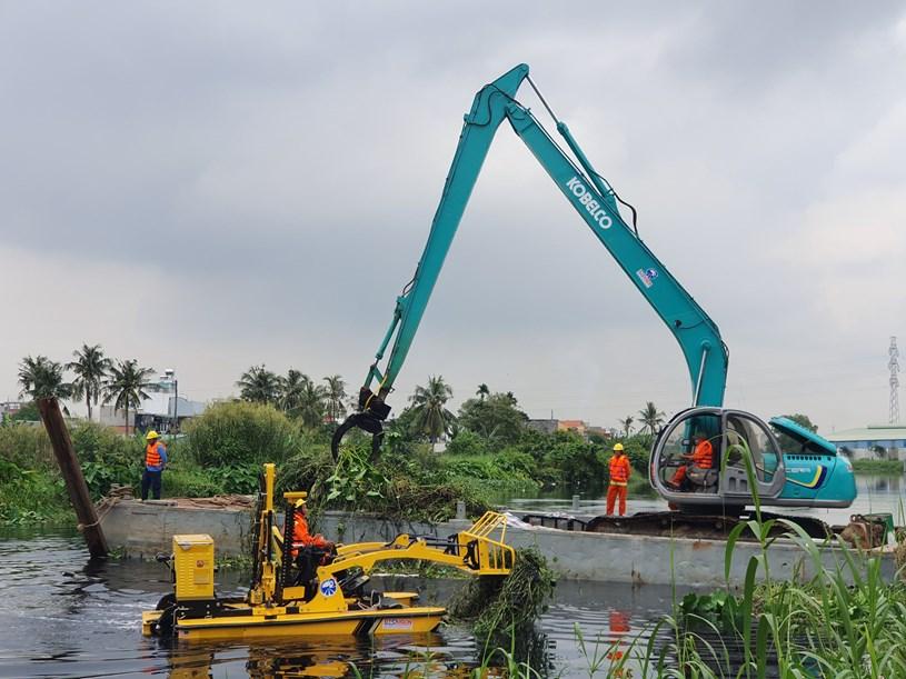 Các thiết bị hiện đại tiến hành thu gom rác trên sông Vàm Thuật - Bến Cát sáng 9-10-2020.