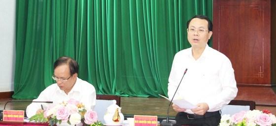 Bí thư Thành ủy TP Thủ Đức Nguyễn Văn Hiếu (đứng) yêu cầu mỗi cơ quan, đơn vị phải có công trình, phần việc cụ thể hướng đến việc nâng cao chất lượng đời sống người dân. Ảnh: MINH HIẾU