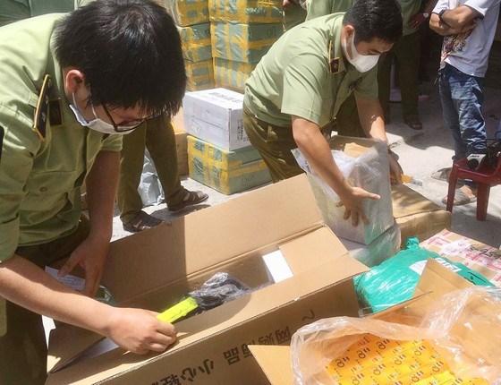 Quản lý thị trường TPHCM kiểm tra hàng hóa vi phạm trên địa bàn