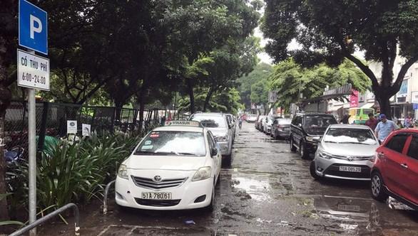 Điểm thu phí đậu ôtô dưới lòng đường trước công viên Lê Văn Tám, Q.1, TP.HCM - Ảnh: Q.K.