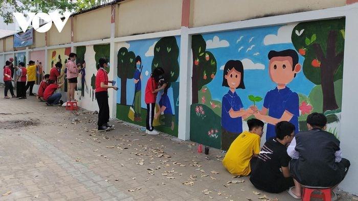 """Đoàn viên Thanh niên TP Thủ Đức tham gia vẽ tranh tường với chủ đề """"Tôi yêu Tổ quốc tôi"""""""