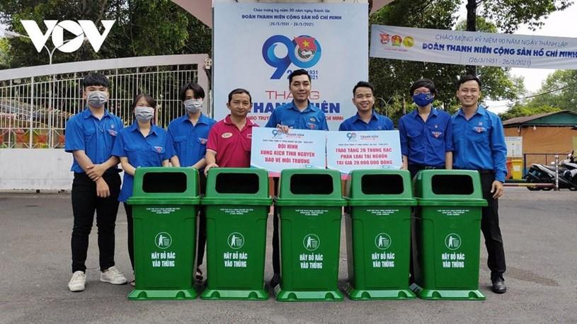 Thành đoàn Thủ Đức phối hợp với Tổng công ty công nghiệp Sài Gòn để trao tặng 20 thùng rác phân loại tại nguồn.