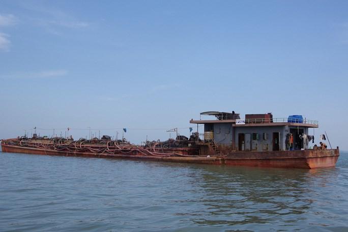 Sà lan khai thác cát trái phép trên biển Cần Giờ (ảnh: NLĐO)