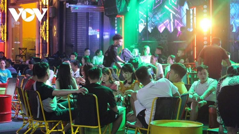 Một quán bar trên đường Bùi Viện đông đúc khách trong ngày cuối tuần.